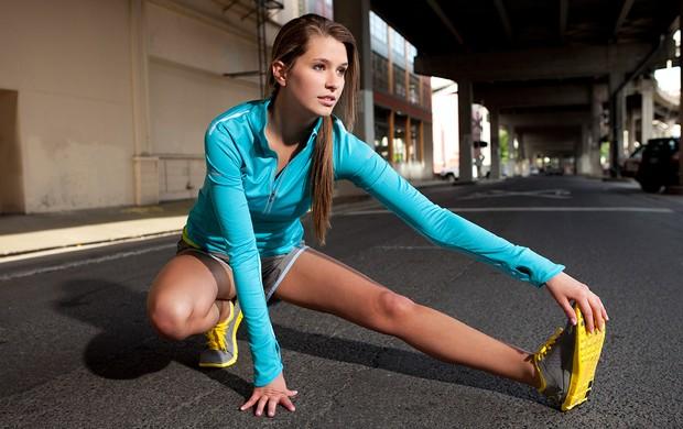mulher-alongando-antes-de-correr