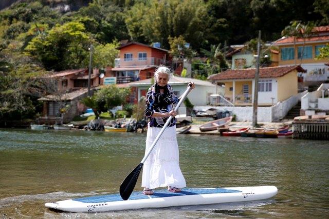 Catarinense de 85 anos atravessa canal de stand up paddle