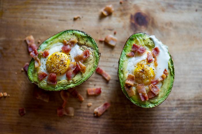 Abacate recheado e assado com ovo e bacon.