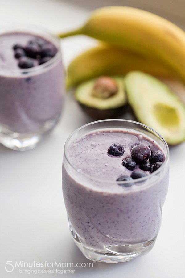 smoothie de abacate com mirtilos e banana
