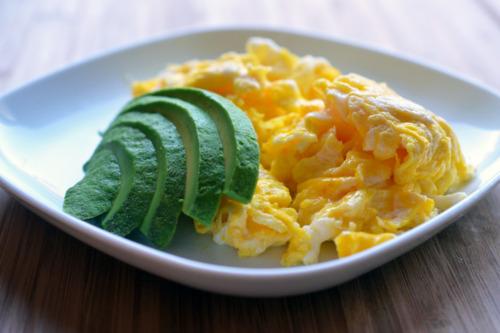 Abacate e ovos mexidos: perfeito para o café da manhã!